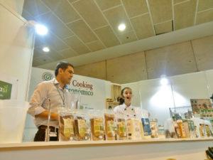 Fernando Salcines y Adriana Armelini preparando la hamburguesa de quinoa roja