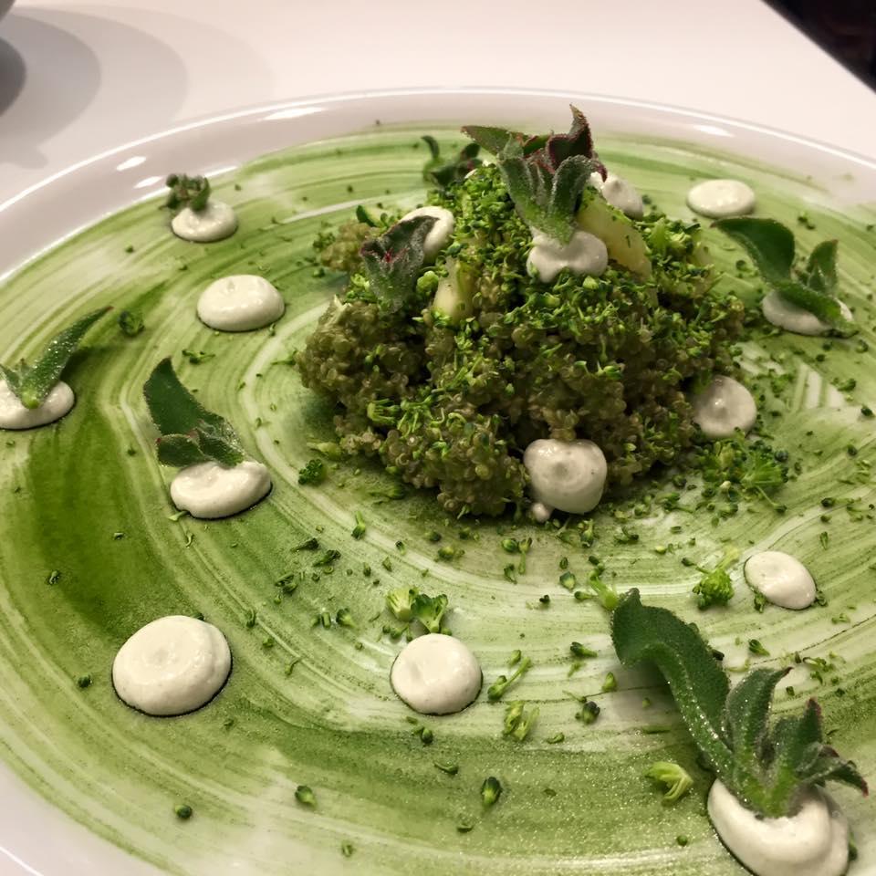 Receta de quinoa verde con salsa de chutney y quscús de brócoli