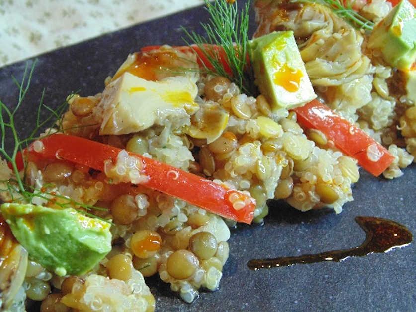 Presentación de la ensalada tibia de lentajas con quina