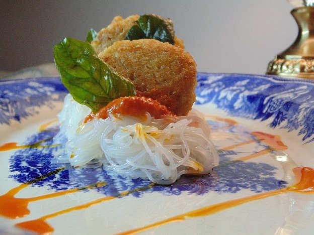Presentación del plato de vernicellli de arroz con albóndigas de quinua